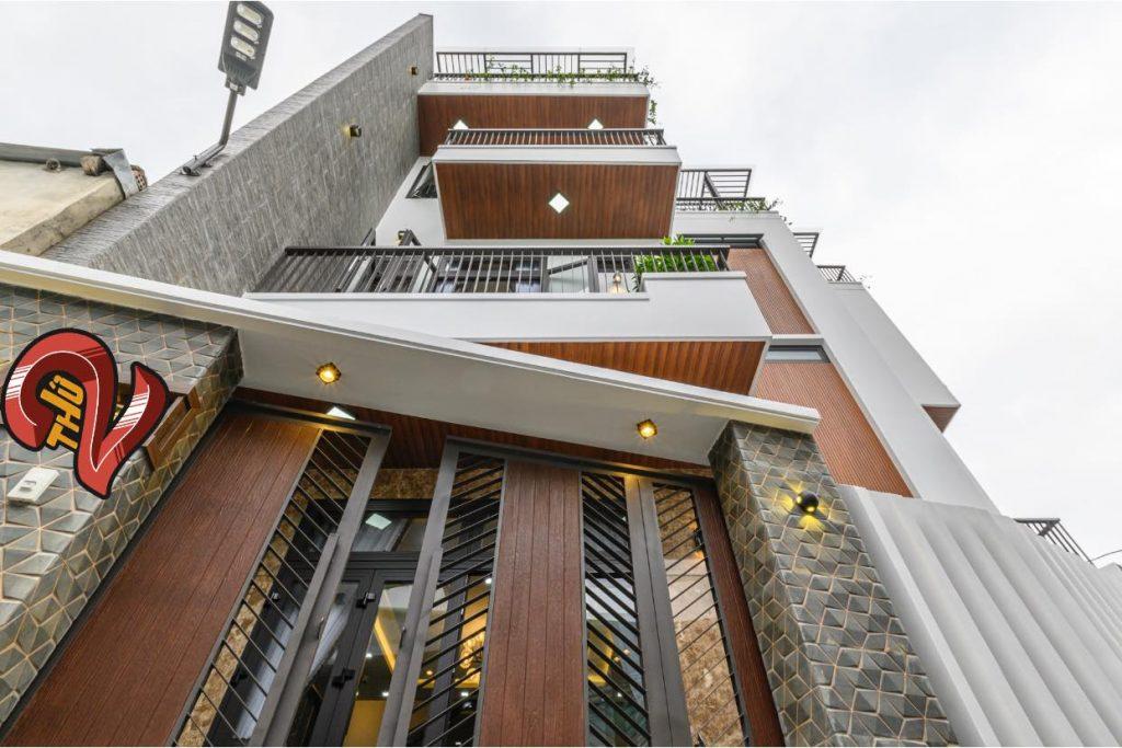 Công trình được thiết kế với vật liệu gỗ ốp tạo nên sự sang trọng cho ngôi nhà
